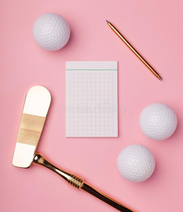 Clube e bolas luxuosos de golfe do ouro imagem de stock