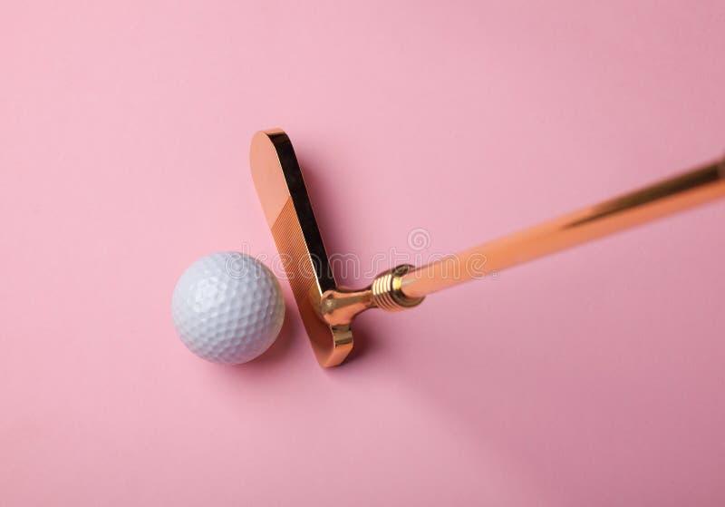 Clube e bolas luxuosos de golfe do ouro fotos de stock royalty free