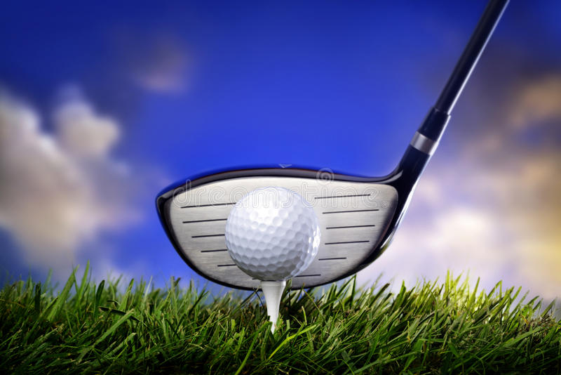 Clube e esfera de golfe na grama imagens de stock royalty free