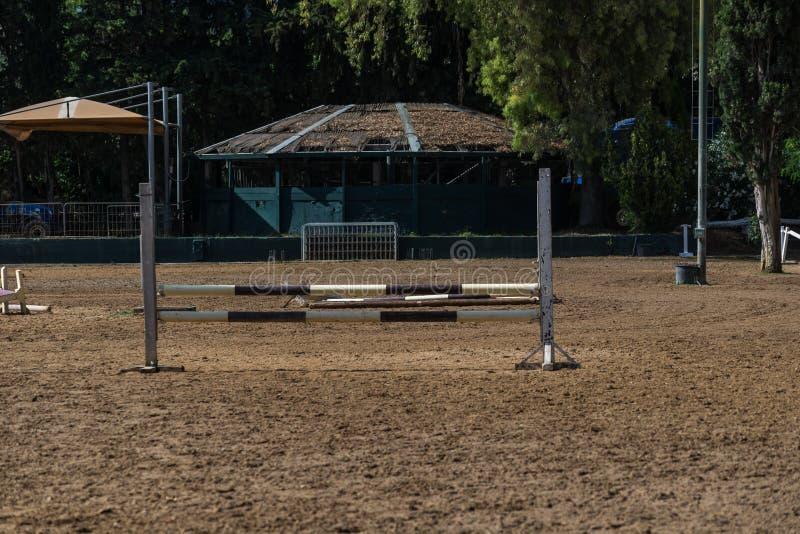 Clube equestre com obstáculos e terreno da raça foto de stock