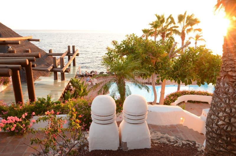 Clube pitoresco da praia no por do sol em Costa Adeje em Tenerife fotos de stock royalty free