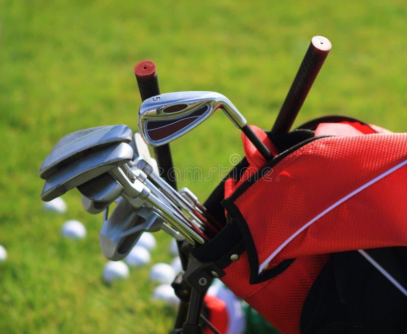 Clubes de golfe no golfbag imagens de stock royalty free