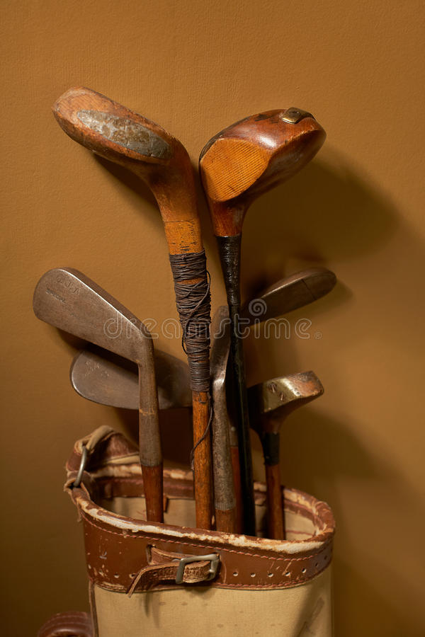 Clubes de golfe velhos do vintage foto de stock royalty free
