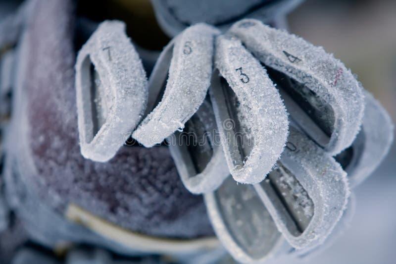 Clubs de golf couverts dans le gel épais photos stock