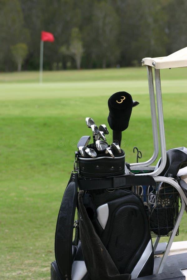 Clubs de golf sur le chariot images libres de droits