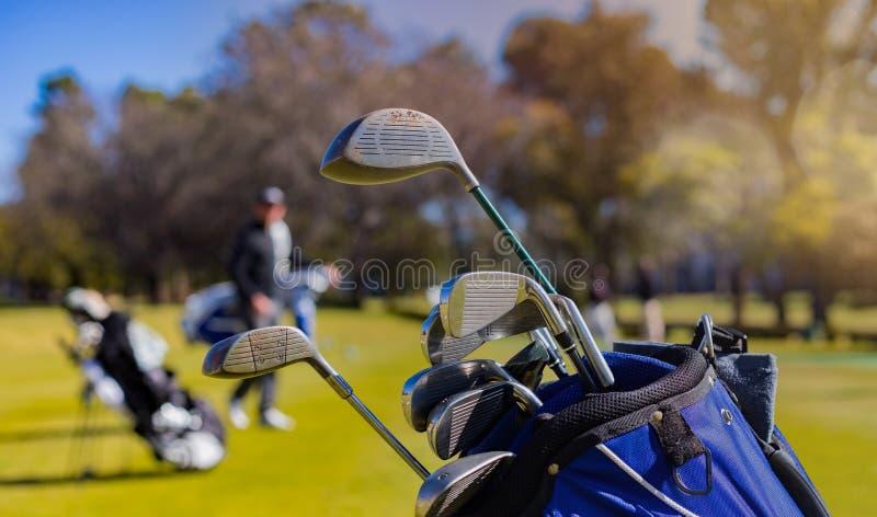 Clubs et boules de golf sur un terrain de golf photographie stock libre de droits