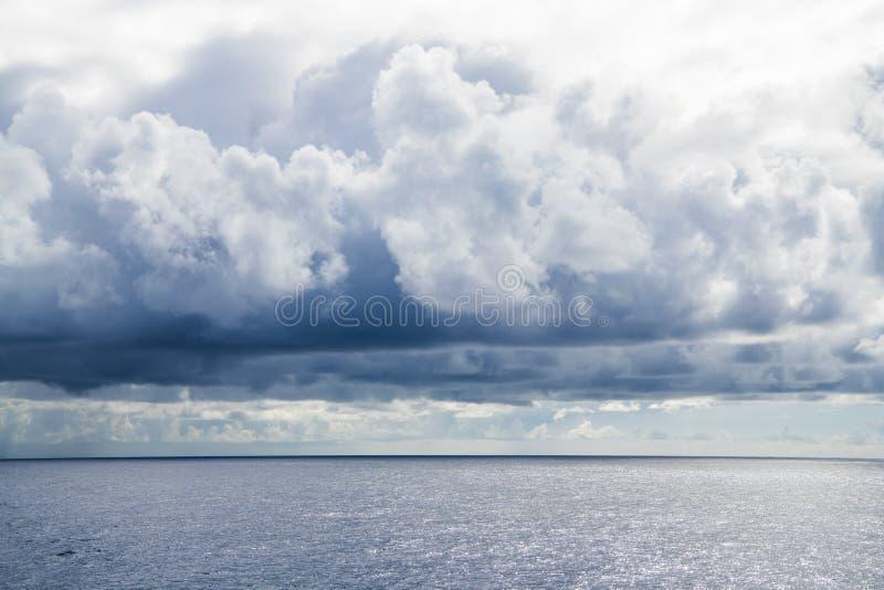 Cluds pluvieux au-dessus de l'Océan Atlantique images libres de droits