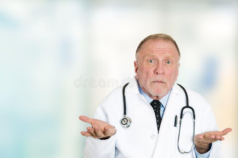 Clueless hogere beroepsbeoefenaar arts haalt schouders op royalty-vrije stock foto's