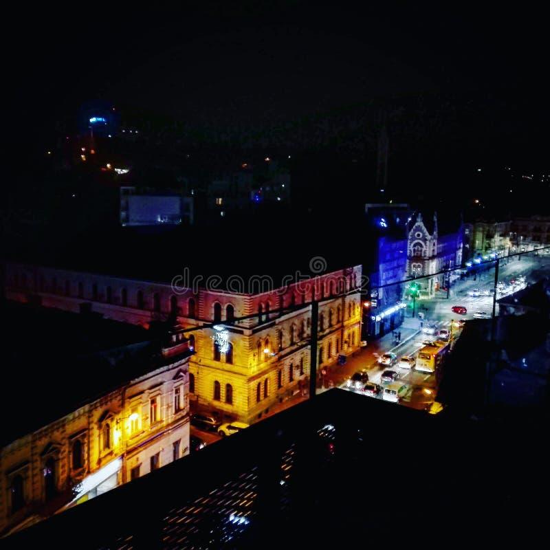 Cluj-Napoca por noche imagen de archivo