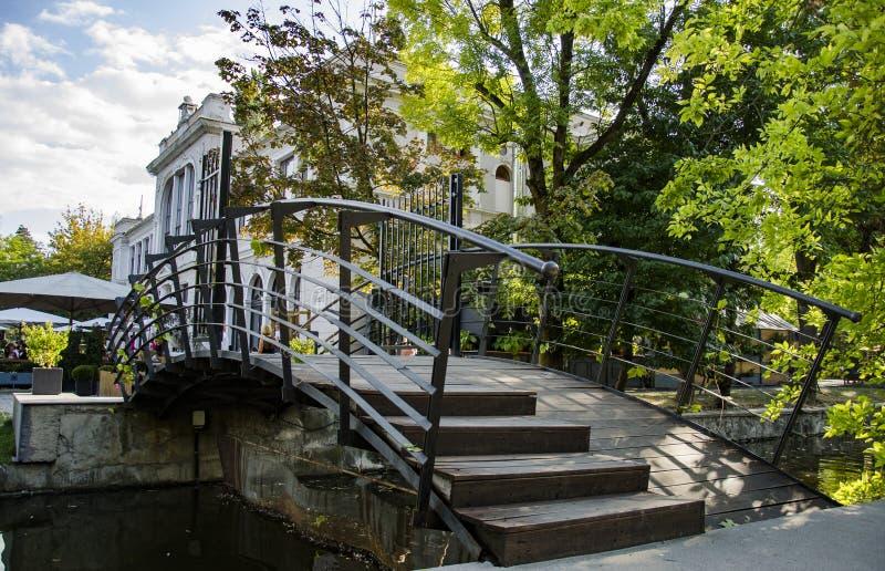 Cluj-Napoca RO: Edificio storico del parco centrale di Cluj-Napoca, dalla regione della Transilvania in Romania fotografia stock libera da diritti