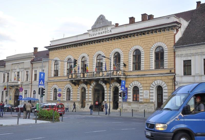 Cluj-Napoca RO, September 24th: Stad Hall Building i Cluj-Napoca från den Transylvania regionen i Rumänien fotografering för bildbyråer
