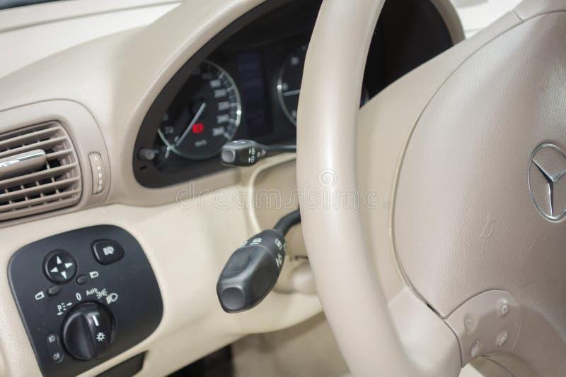 Cluj Napoca/Romênia - 1º de março de 2018: A classe de Mercedes Benz C, opinião do painel, alavanca do sensor da chuva, botão da  imagem de stock