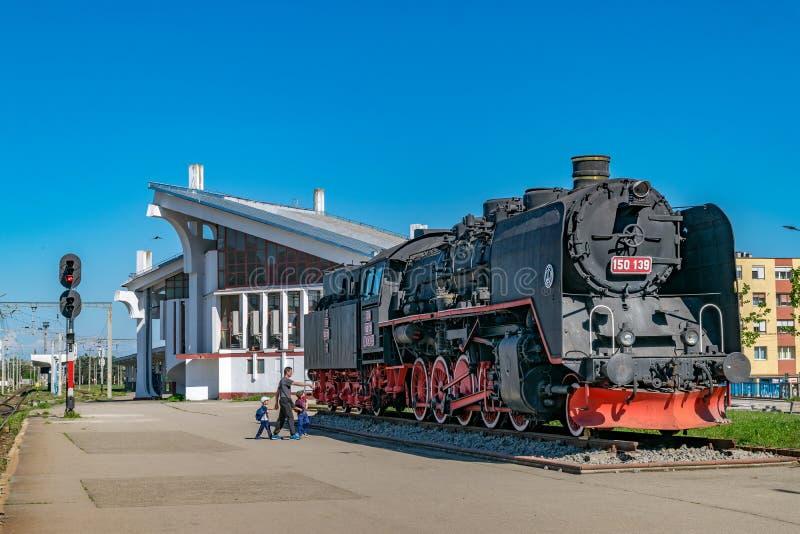 CLUJ-NAPOCA, ROMÊNIA - 29 DE ABRIL DE 2018: Trem velho que está sendo indicado na estação de trem em Cluj Napoca, Romênia fotografia de stock