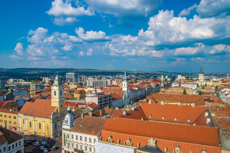 CLUJ-NAPOCA, ROMÊNIA - 21 de agosto de 2018: Vista geral de Cluj-Napoca vista da igreja de St Michael com a igreja evangélica e imagem de stock royalty free