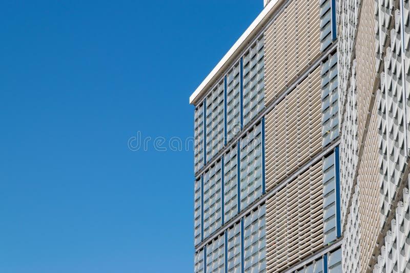 CLUJ-NAPOCA, ROMÊNIA - 16 de setembro de 2018: O prédio de escritórios, cubo novo do negócio de Cluj-Napoca's imagens de stock
