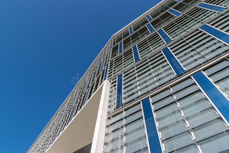 CLUJ-NAPOCA, ROMÊNIA - 16 de setembro de 2018: O prédio de escritórios, cubo novo do negócio de Cluj-Napoca's imagem de stock