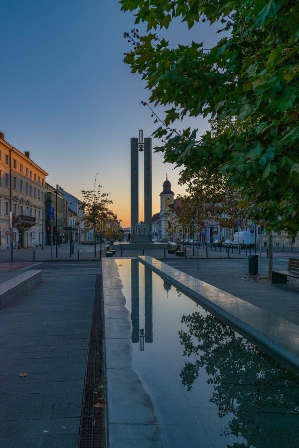 CLUJ-NAPOCA, ROMANIA - 13 ottobre 2018: Centro urbano di Cluj-Napoca Vista dal quadrato di Unirii al monumento di memorandum e immagini stock libere da diritti