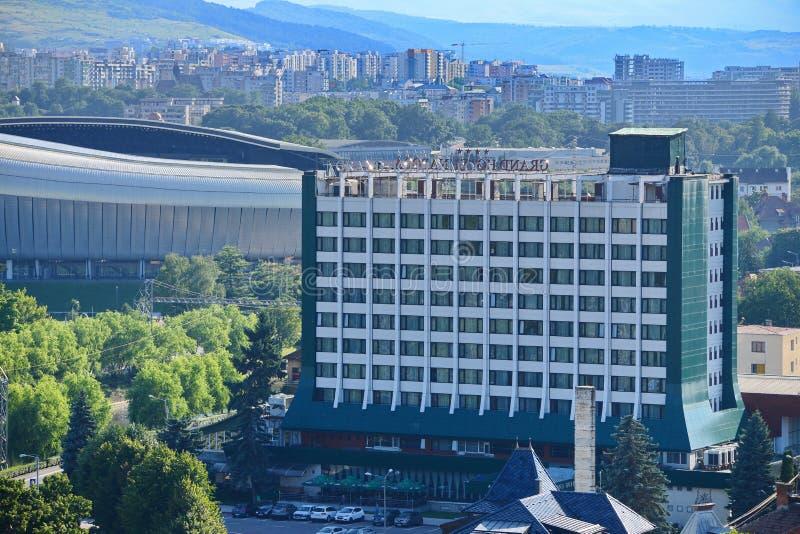 CLUJ-NAPOCA, RUMÄNIEN - 22. Juli 2016: Ansicht von Napoca-Hotel und ein Stück von Klausenburg-Arena lizenzfreies stockfoto