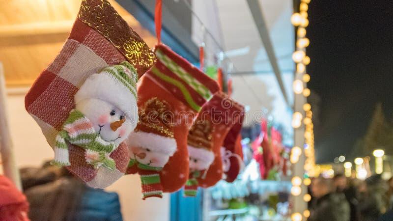 CLUJ-NAPOCA, RUMANIA - 23 DE NOVIEMBRE DE 2018: Calcetines de la Navidad en el mercado de la Navidad en el cuadrado de Unirii, Tr fotos de archivo