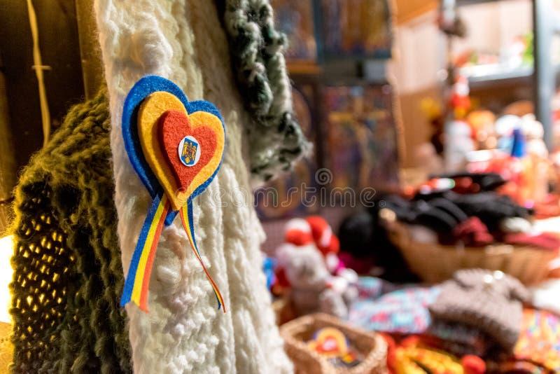 CLUJ-NAPOCA, RUMANIA - 23 DE NOVIEMBRE DE 2018: Colores rumanos de la bandera en forma de un corazón en el mercado de la Navidad  imagen de archivo libre de regalías