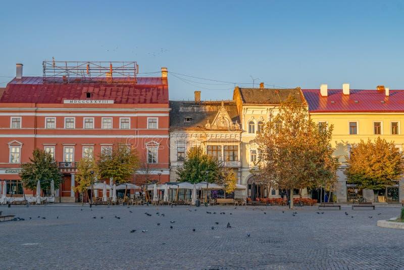 CLUJ-NAPOCA, RUMANIA - 13 de octubre de 2018: Centro de ciudad de Cluj-Napoca Visión desde el cuadrado de Unirii al palacio y a W imagen de archivo
