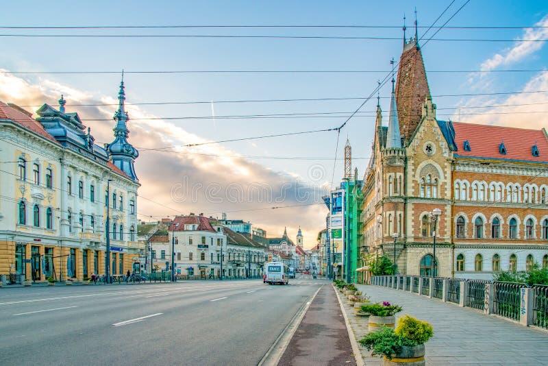 CLUJ-NAPOCA, RUMANIA - 16 de septiembre de 2018: Vista al palacio de Babos - salido - y palacio de Szeki - derecho - en la orilla foto de archivo