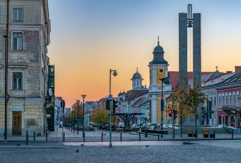 Cluj-Napoca stadscentrum Weergeven van het Unirii-Vierkant aan de Eroilor-Weg, Heroes' Weg - een centrale weg in cluj-Napoca stock afbeeldingen