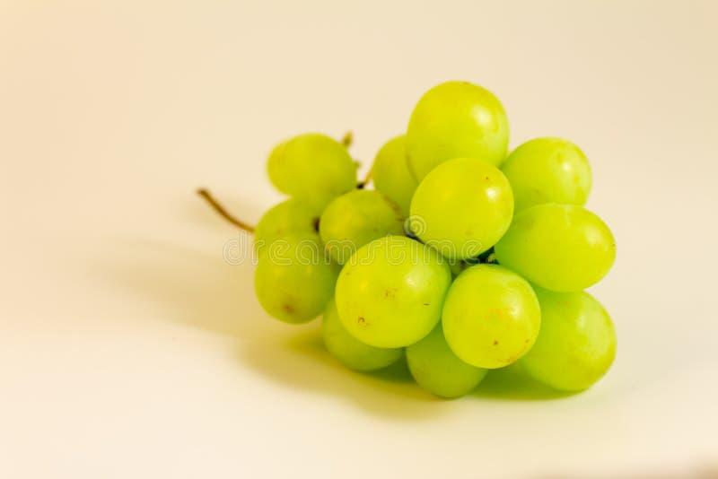 Cluster van witte druiven op neutrale achtergrond Natuurvoeding om witte wijn te maken stock afbeeldingen