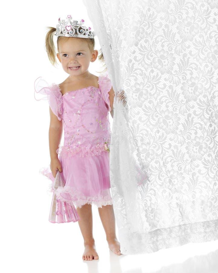 clutcher窗帘俏丽的公主 库存照片