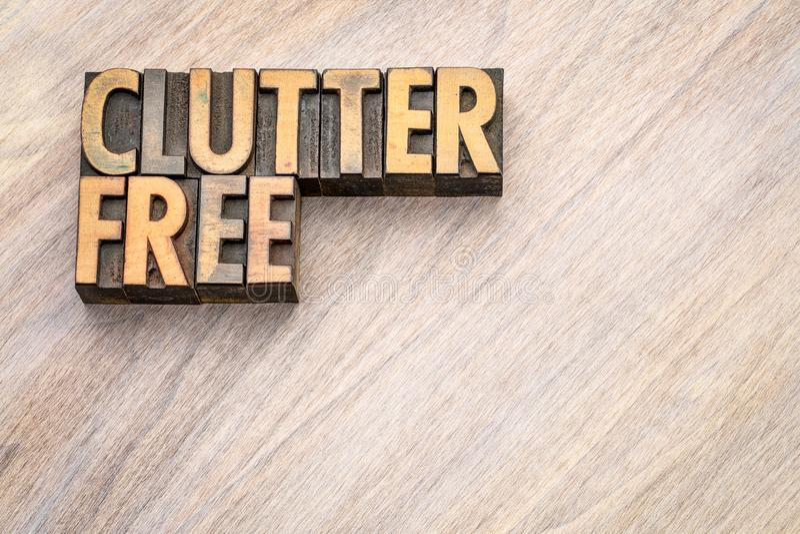 Clutterfree - woordsamenvatting in uitstekend houten type royalty-vrije stock foto's