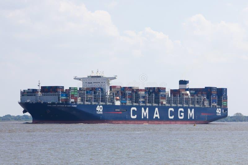 CMA för behållareskyttel CGM Antoine de Saint Exupery på Elbe rivre arkivfoto