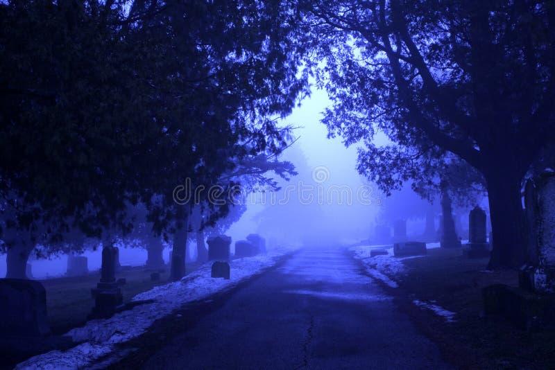 cmentarniany mgłowy surrealistyczny zmierzch zdjęcia royalty free