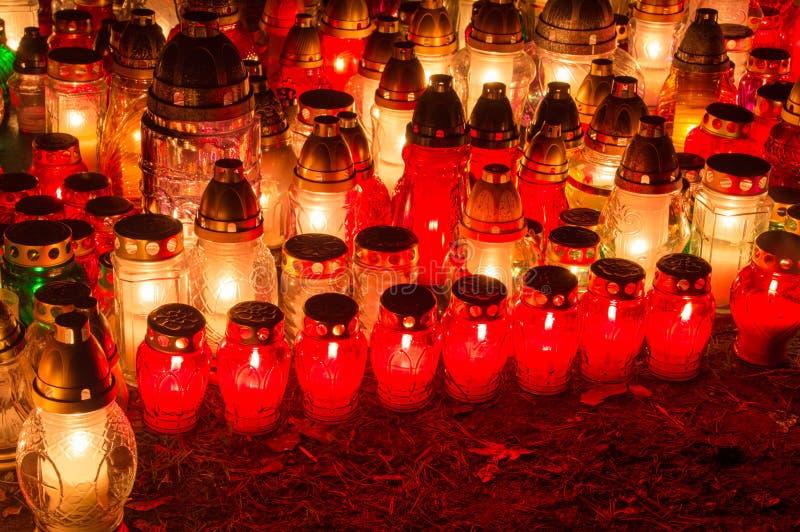 Cmentarz świeczki przy nocą fotografia royalty free