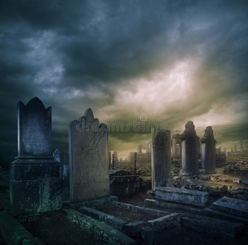 Cmentarz, cmentarz z nagrobkami przy noc obraz royalty free
