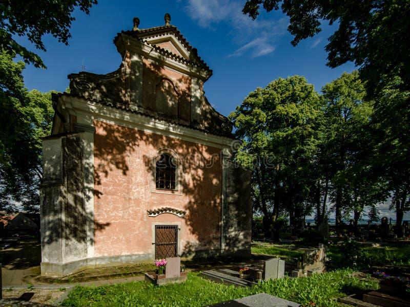 Cmentarz z kościół zdjęcie stock