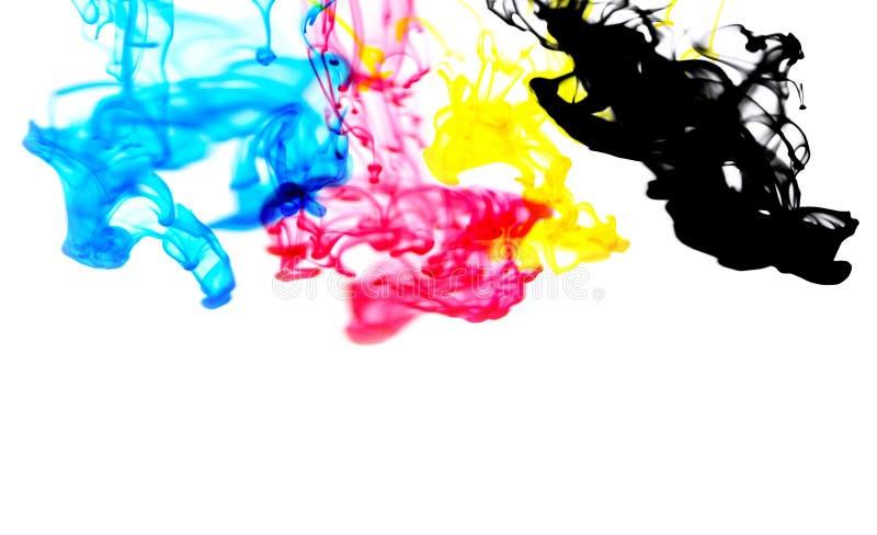 Cmyk墨水概念油漆的颜色飞溅与深蓝蓝色红色洋红色黄色和黑的彩虹墨水下落丙烯酸酯的颜色在水中 库存图片