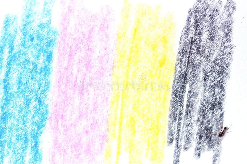 Cmyk begrepp/färgpennatextur med cyan blåa röda magentafärgade gula och svarta teckningar på vitbok och den svarta myran arkivbild