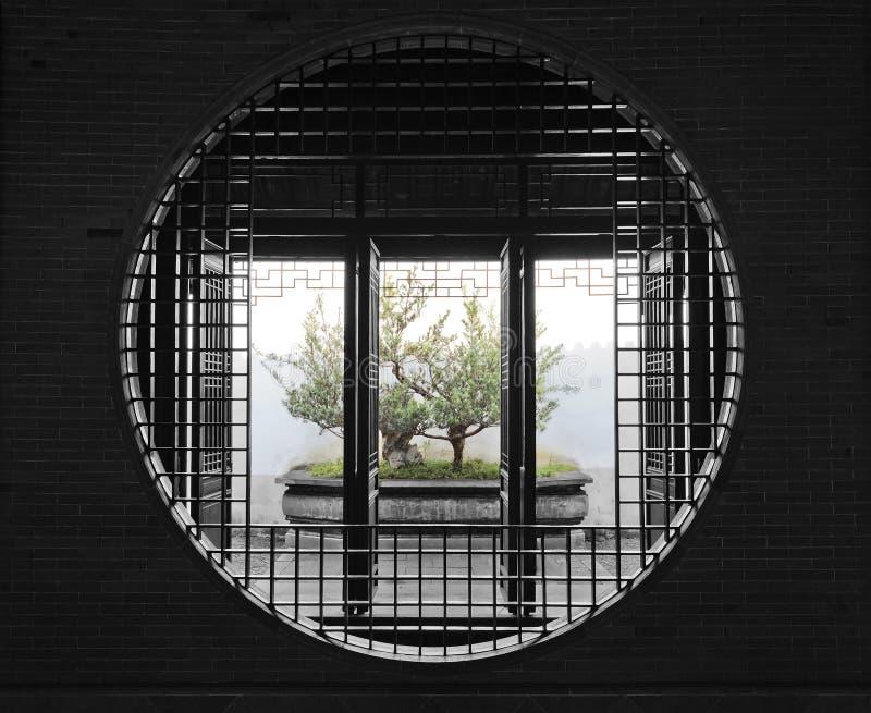 CN苏州庭院圆的门盆景 免版税图库摄影