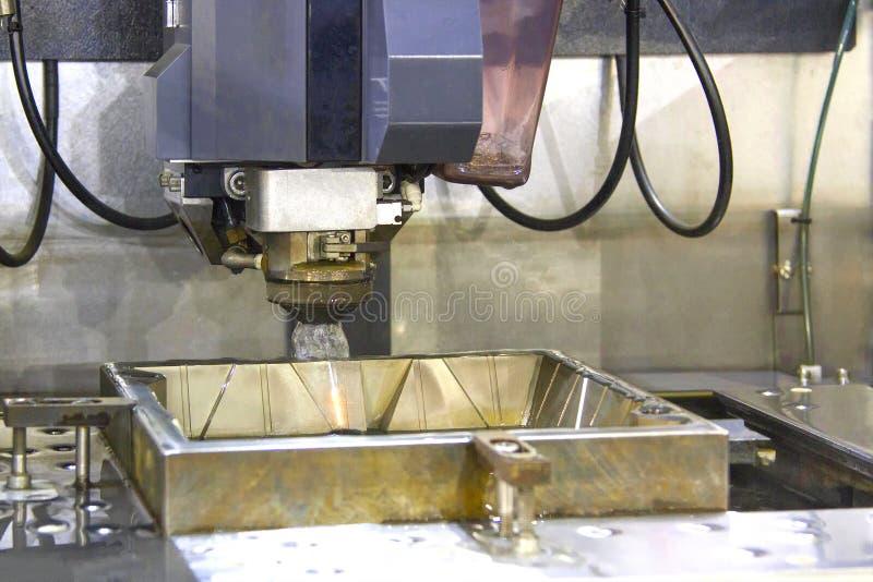 CNC剪钳在金属苗条切口运转  库存图片