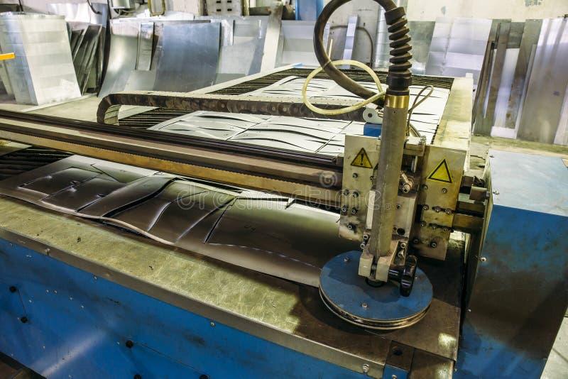 CNC可编程序的激光等离子切割机,现代工业金属制品技术 免版税库存图片