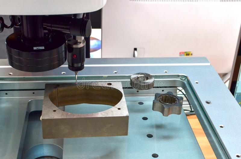 CNC接触为在碾碎CNC机器的质量管理探查 精确度在工业金属工艺的探针传感器 免版税库存照片