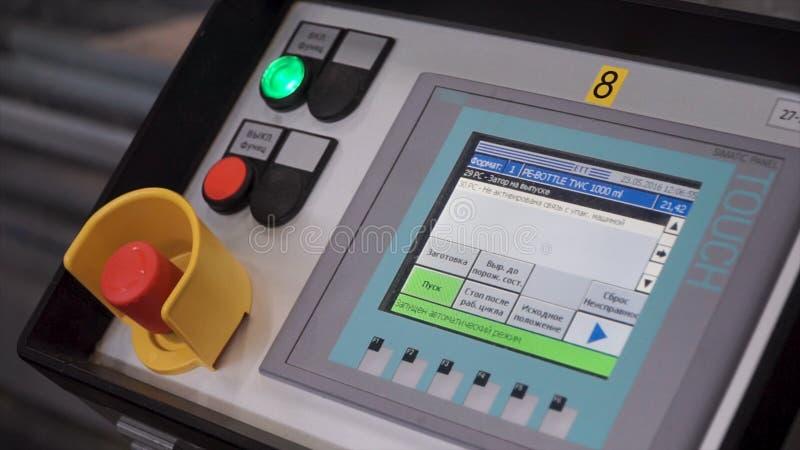 Cnc机器接触控制 印刷品机器遥远的盘区有红色按钮的 夹子 工作者,现代设备的手 图库摄影