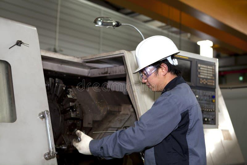 cnc设备的机械技术人员 免版税库存图片