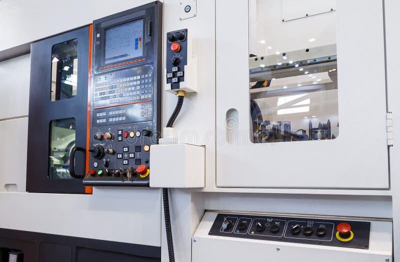 cnc铣床中心的工业设备在工具制造车间 免版税库存照片
