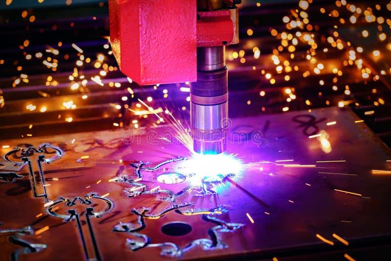 CNC κοπή πλάσματος λέιζερ του μετάλλου, σύγχρονη βιομηχανική τεχνολογία στοκ εικόνες με δικαίωμα ελεύθερης χρήσης