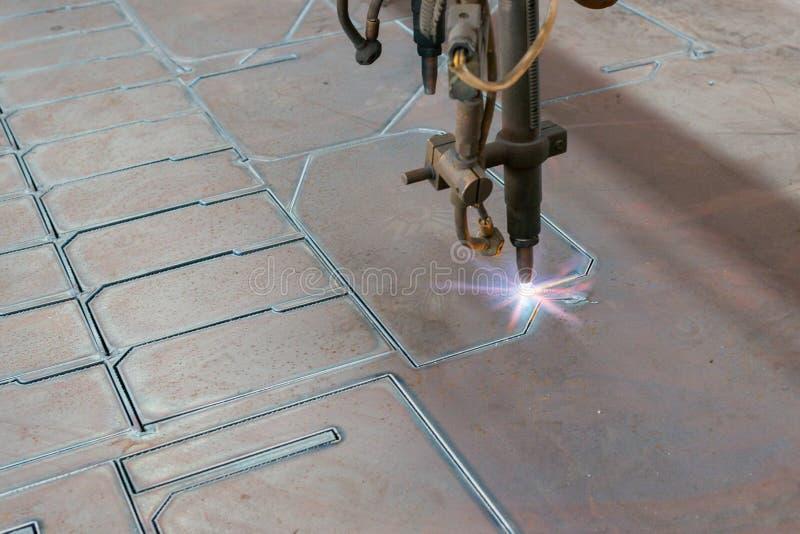 CNC κοπή χάλυβα μηχανών στοκ φωτογραφία με δικαίωμα ελεύθερης χρήσης