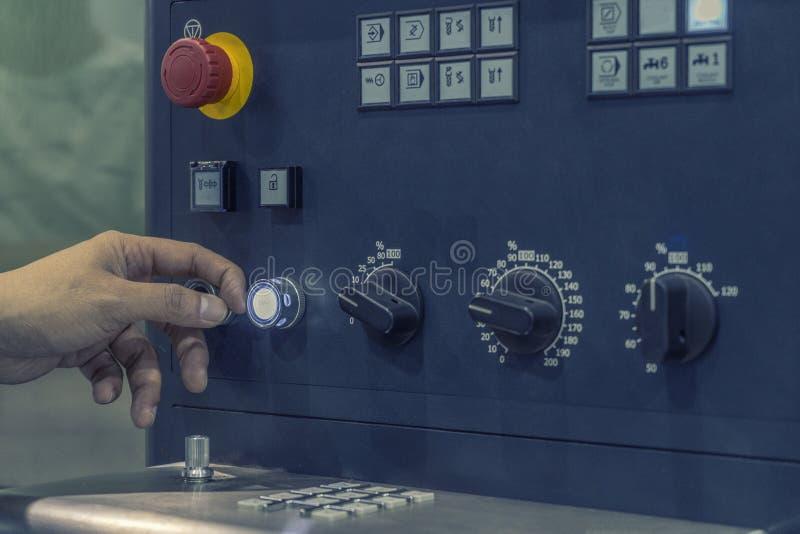 CNC πίνακας ελέγχου μηχανών με το χέρι ο Τύπος στοκ φωτογραφία με δικαίωμα ελεύθερης χρήσης