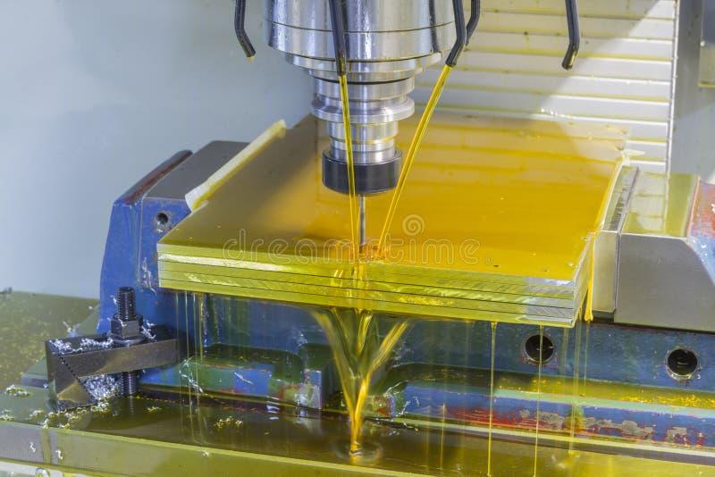 CNC della fresatrice con il liquido refrigerante dell'olio fotografia stock