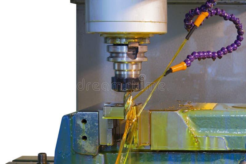 CNC della fresatrice con il liquido refrigerante dell'olio immagini stock libere da diritti