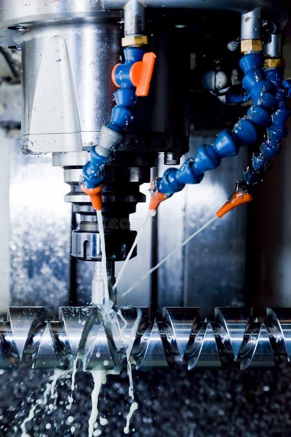 CNC die post machinaal bewerken op het werk Malen, die de industrie inpassen stock foto's